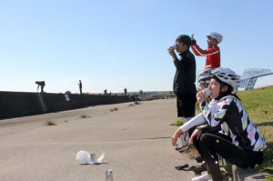 防波堤を眺める大人たち