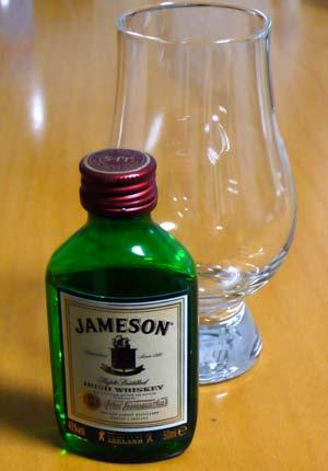 ミニチュアボトルとテイスティンググラス